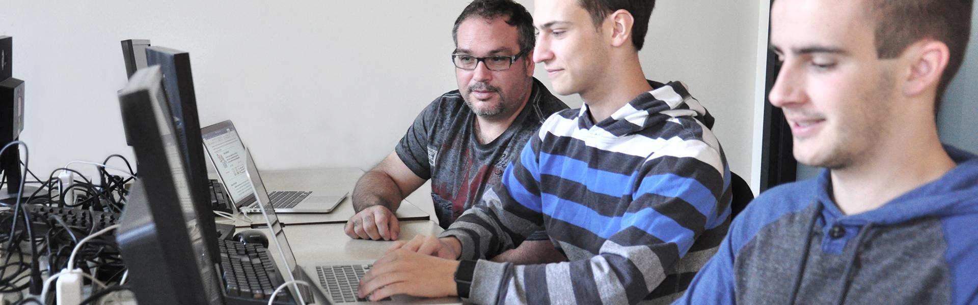 Étudiants du programme techniques de l'informatique travaillant à des ordinateurs