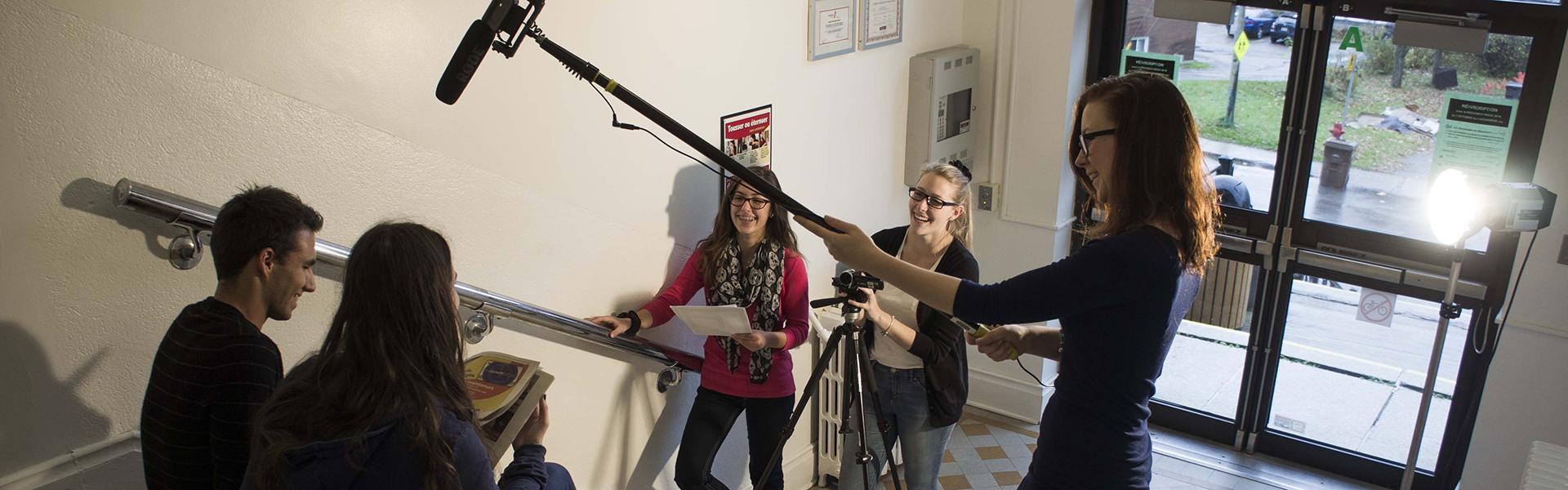 Étudiantes du programme Arts, lettres et communication réalisant une vidéo documentaire