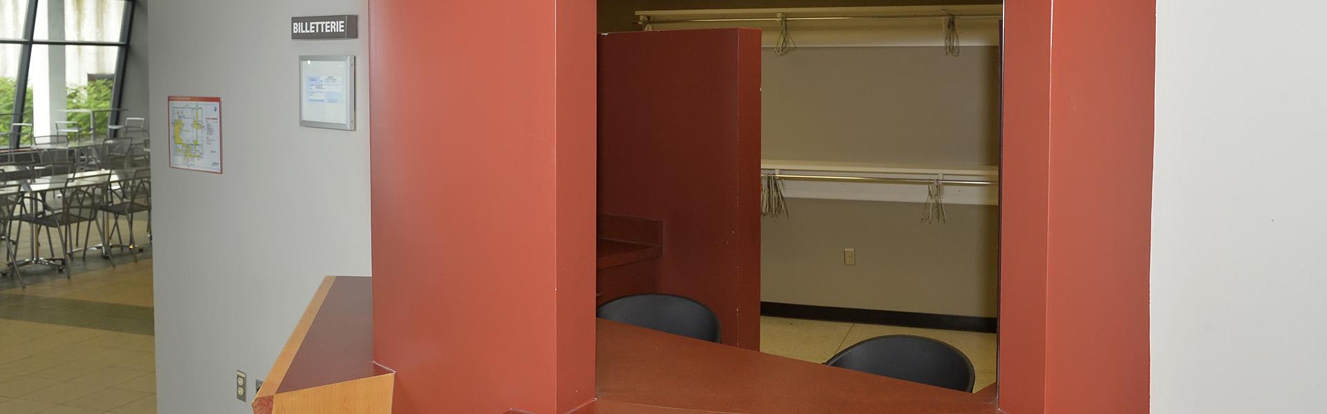 Espace billetterie avec vestiaire intégré.
