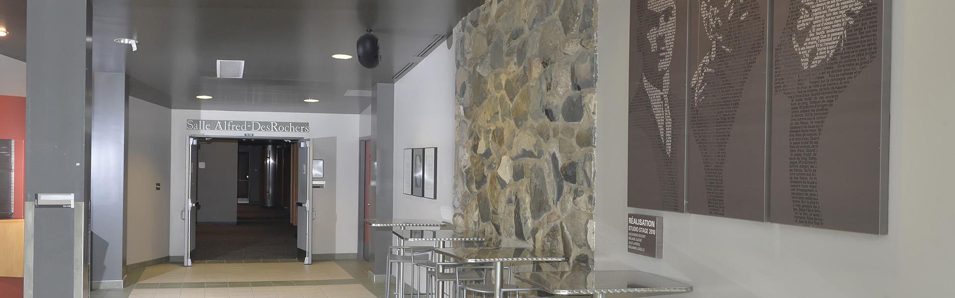 Vue de l'entrée principale de la salle près de la billetterie.