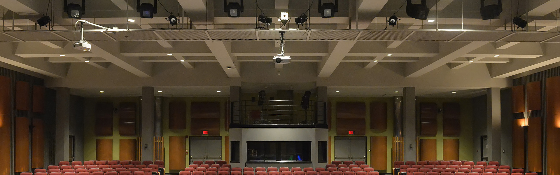 Éclairage robotisé, 2 canons projecteurs, 2 écrans projecteurs et deux possibilités d'emplacement pour la régie.