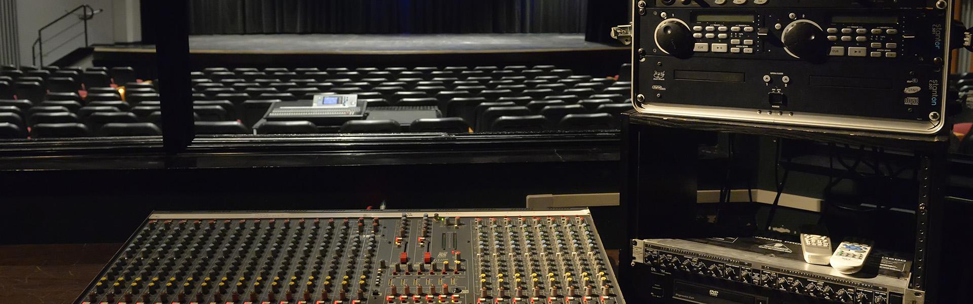 Console maîtresse dans la régie principale avec équipement fourni.