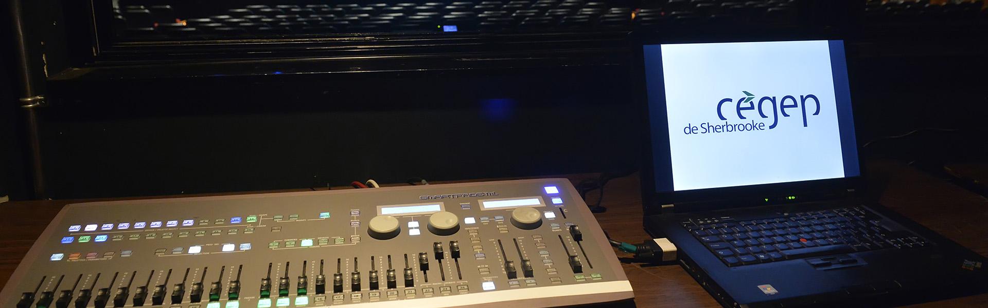 Console d'éclairage fournie avec la possibilité de projection sur écran au centre ou à côté de la scène.