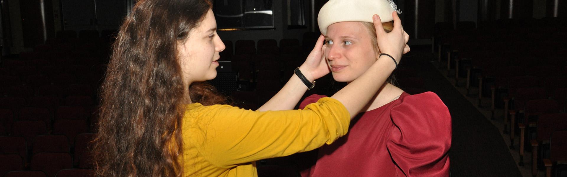 Cours de Théâtre, essayage des costumes