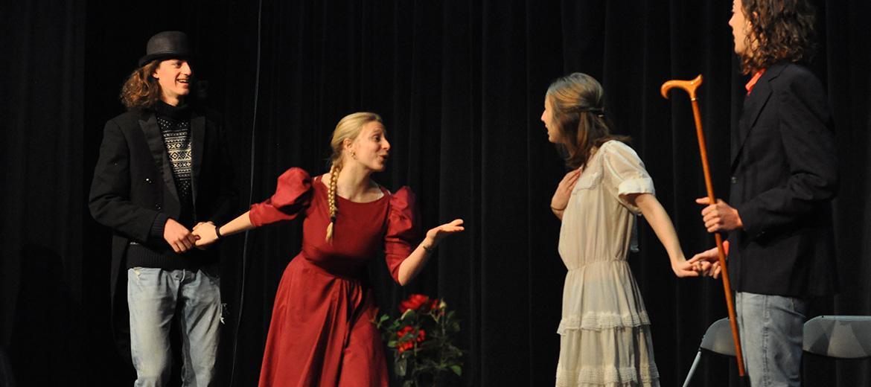 Cours de Théâtre : des comédiens en répétition