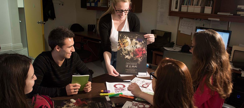 Les étudiants qui rédigent la revue Chimère choisissent l'une des maquettes réalisées par les étudiants en Graphisme.