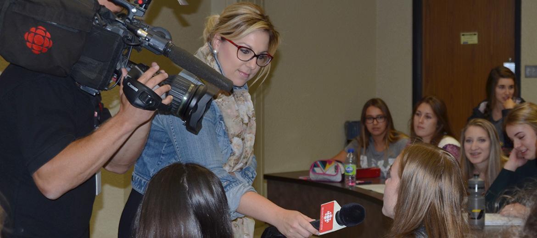 Des conférences par des intervenants des médias sont offertes aux étudiants du programme.