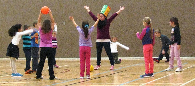 Les aires de gymnases sont transformées en ateliers d'activités motrices.